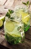 Νόστιμος κρύος φρέσκος πίνει τη λεμονάδα με το λεμόνι, τη μέντα, τον πάγο και τον ασβέστη ι Στοκ φωτογραφία με δικαίωμα ελεύθερης χρήσης
