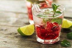 Νόστιμος κρύος φρέσκος πίνει τη λεμονάδα με το σμέουρο, τη μέντα, τον πάγο και το λι Στοκ εικόνα με δικαίωμα ελεύθερης χρήσης