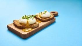 Νόστιμος κυνήγησε λαθραία αυγό στη φρυγανιά πέρα από το αγροτικό υπόβαθρο στοκ εικόνες