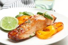 Νόστιμος μαγειρευμένος σολομός με τα λαχανικά στο πιάτο, στοκ εικόνες με δικαίωμα ελεύθερης χρήσης