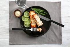 Νόστιμος μαγειρευμένος σολομός με τις φέτες του ασβέστη και του δεντρολιβάνου στοκ εικόνα με δικαίωμα ελεύθερης χρήσης