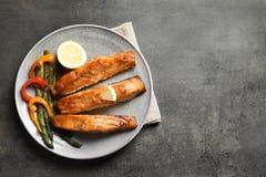 Νόστιμος μαγειρευμένος σολομός που εξυπηρετείται για το γεύμα στοκ εικόνες