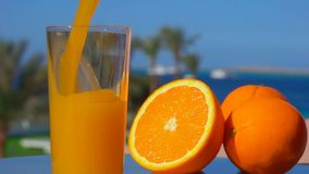 Νόστιμος χυμός από πορτοκάλι που χύνεται σε ένα γυαλί απόθεμα βίντεο