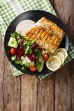 Νόστιμος ψημένος αρκτικός προσροφητικός άνθρακας λωρίδων ψαριών και φρέσκα λαχανικά κοντά Στοκ Εικόνες