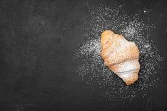 Νόστιμος croissant με τη σκόνη ζάχαρης στοκ εικόνες