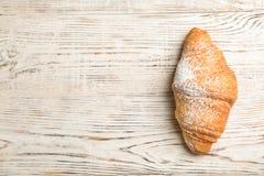 Νόστιμος croissant με τη σκόνη ζάχαρης στοκ φωτογραφίες με δικαίωμα ελεύθερης χρήσης