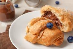Νόστιμος croissant με τη σοκολάτα στο πιάτο στοκ φωτογραφία