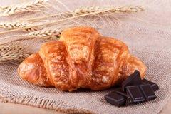 Νόστιμος croissant με τη σοκολάτα στο αγροτικό υπόβαθρο στοκ φωτογραφία με δικαίωμα ελεύθερης χρήσης