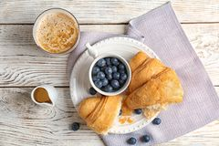 Νόστιμος croissant τα μούρα που εξυπηρετούνται με για το πρόγευμα στοκ φωτογραφίες με δικαίωμα ελεύθερης χρήσης