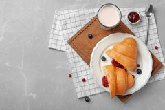Νόστιμος croissant τη μαρμελάδα που εξυπηρετείται με για το πρόγευμα στον πίνακα στοκ εικόνες