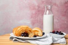 Νόστιμος croissant τη μαρμελάδα που εξυπηρετείται με για το πρόγευμα στοκ εικόνα με δικαίωμα ελεύθερης χρήσης