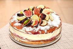 Νόστιμο αγροτικό κέικ μπισκότων με τα σύκα, τα λεμόνια και τις φέτες ασβεστών Στοκ φωτογραφία με δικαίωμα ελεύθερης χρήσης