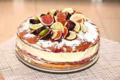 Νόστιμο αγροτικό κέικ μπισκότων με τα σύκα, τα λεμόνια και τις φέτες ασβεστών Στοκ Εικόνες