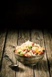 Νόστιμο αλμυρό quinoa σε ένα παλαιό αγροτικό κύπελλο Στοκ Εικόνα