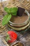 Νόστιμο επιδόρπιο σοκολάτας με τις φράουλες και μέντα σε μια ψάθινη υποστήριξη Στοκ Εικόνα