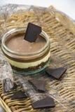 Νόστιμο επιδόρπιο σοκολάτας σε μια ψάθινη υποστήριξη Στοκ φωτογραφίες με δικαίωμα ελεύθερης χρήσης