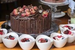 Νόστιμο κέικ σοκολάτας στο ξύλινο υπόβαθρο χρώματος Στοκ Εικόνα