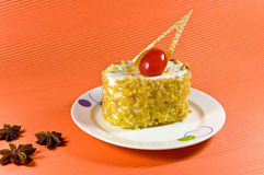 Νόστιμο κίτρινο κέικ καρυδιών με την άσπρη κρέμα. Στοκ Φωτογραφία