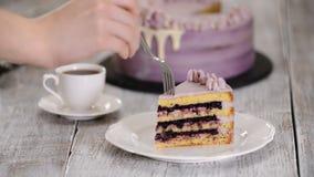Νόστιμο κομμάτι του κέικ με τα βακκίνια στον ξύλινο πίνακα απόθεμα βίντεο