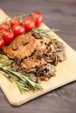 Νόστιμο κρέας χοιρινού κρέατος με τα ψημένα στη σχάρα μανιτάρια δίπλα oregano στον κλάδο Στοκ φωτογραφία με δικαίωμα ελεύθερης χρήσης