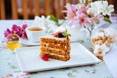 Νόστιμο ντεμοντέ κέικ με την κρέμα στον πίνακα στοκ εικόνες