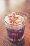 Νόστιμο ποτό στον πίνακα στοκ εικόνα