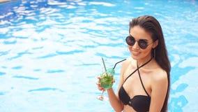 Νόστιμο πράσινο ποτό μετά από να κολυμπήσει απόθεμα βίντεο