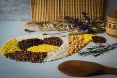 Νόστιμο σιτάρι φαγόπυρου, ρύζι, καλαμπόκι, μπιζέλι Στοκ Εικόνες