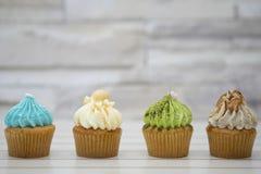 Νόστιμο σπιτικό muffin cupcakes με την κρέμα buttercream για τα γενέθλια, το βαλεντίνο, και τις διακοπές Χριστουγέννων στοκ φωτογραφία με δικαίωμα ελεύθερης χρήσης