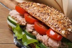 Νόστιμο σχολικό μεσημεριανό γεύμα: ένα σάντουιτς με τον τόνο και τη μακροεντολή λαχανικών Στοκ Εικόνες