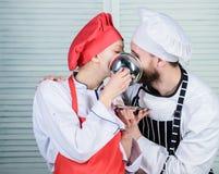 Νόστιμο φιλί Οικογενειακό μαγείρεμα στην κουζίνα Μυστικό συστατικό από τη συνταγή Μάγειρας ομοιόμορφος αρχιμάγειρας ανδρών και γυ στοκ φωτογραφία με δικαίωμα ελεύθερης χρήσης