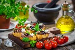 Νόστιμο bruschetta με την αντσούγια, κάπαρη, ελαιόλαδο στοκ εικόνες