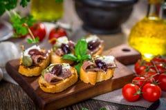 Νόστιμο bruschetta με την αντσούγια, κάπαρη, ελαιόλαδο στοκ εικόνα
