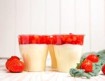 Νόστιμο mousse φραουλών πουτίγκα ή cota panna Στοκ εικόνες με δικαίωμα ελεύθερης χρήσης