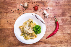 Νόστιμο ravioli με την παρμεζάνα Στοκ εικόνες με δικαίωμα ελεύθερης χρήσης