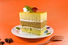 Νόστιμο yellowcake με τα στρώματα και τον καρπό de κρέμας Στοκ εικόνα με δικαίωμα ελεύθερης χρήσης