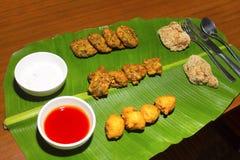 Νότια ινδικά thali ή γεύματα που εξυπηρετούνται παραδοσιακά σε ένα φύλλο μπανανών Κεράλα στοκ φωτογραφία