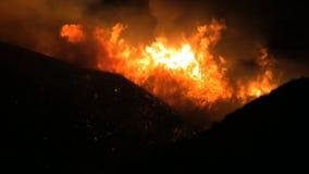 Νότια Καλιφόρνια βάζει φωτιά τη νύχτα κοντά επάνω απόθεμα βίντεο