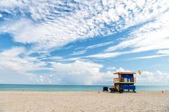 Νότια παραλία, Μαϊάμι, Φλώριδα, lifeguard σπίτι σε ένα ζωηρόχρωμο ύφος του Art Deco στο νεφελώδη μπλε ουρανό Στοκ Φωτογραφία