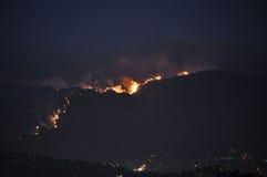 Νότια πυρκαγιά σταθμών Καλιφόρνιας τη νύχτα Στοκ Φωτογραφία