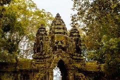 Νότια πύλη του ναού Bayon με το γιγαντιαίο δέντρο και η δύο πλευρά στοκ εικόνες
