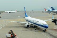 Νότιες αερογραμμές της Κίνας B737 στον αερολιμένα Χονγκ Κονγκ Στοκ Εικόνες