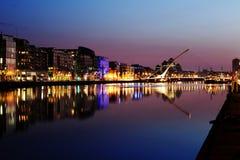 Νότιες όχθεις του ποταμού Liffey στο κέντρο πόλεων του Δουβλίνου τη νύχτα Στοκ φωτογραφία με δικαίωμα ελεύθερης χρήσης