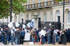Νότιοι διαμαρτυρόμενοι του Καμερούν με τις σημαίες στο Λονδίνο Στοκ εικόνες με δικαίωμα ελεύθερης χρήσης