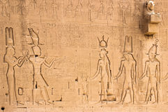Νότιος τοίχος του ναού Hathor σε Dendera με λιοντάρι-διευθυμένος waterspouts Στοκ Εικόνες