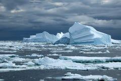 Νότιος ωκεανός, τομέας παγόβουνων με το θυελλώδη ουρανό Στοκ Εικόνα