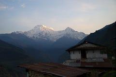 Νότος και Hiunchuli Annapurna στο ηλιοβασίλεμα Β Στοκ Φωτογραφίες