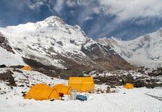 Νότος Annapurna από το στρατόπεδο βάσεων Annapurna υποστηριγμάτων με τις σκηνές Στοκ φωτογραφίες με δικαίωμα ελεύθερης χρήσης