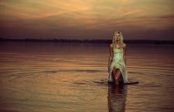 Νύμφη νερού που περπατά στη λίμνη στοκ φωτογραφίες