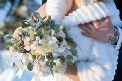 Νύφη ανθοδεσμών στο χειμερινό ύφος με τους κώνους έλατου Στοκ φωτογραφία με δικαίωμα ελεύθερης χρήσης
